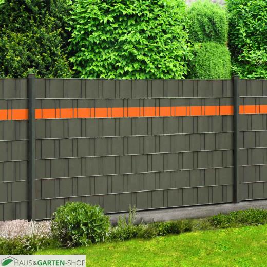Farbakzent orange im Sichtschutzzaun