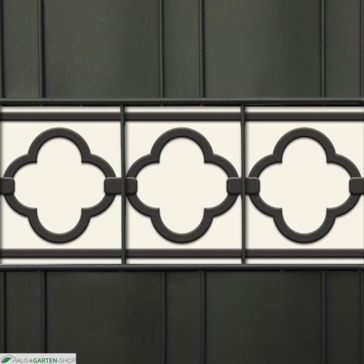 Dekoratives Quatrefoil Zierelement als Sichtschutz im Gartenzaun