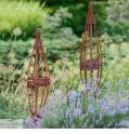 Rankhilfe aus Haselnuss und Weide im Garten