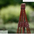 Rankspindel aus natürlichen Materialien | Gartendetail
