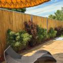 Bambuswand mit Edelstahlrahmen als Sichtschutz im Garten