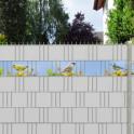 Frühlingsmotiv mit verschiedenen Vögeln als Dekoration für den Gartenzaun