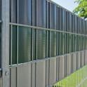 Sichtschutz aus Hart - PVC Zaunblende  im Metallgittermattenzaun