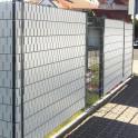 Heller Sichtschutz mit schöner Struktur  aus Streifen in der halben Höhe