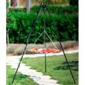 Dreibein Schwenkgrill im Garten