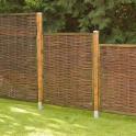 Sichtschutzzaun Weide exclusiv im Garten mit Holzpfosten